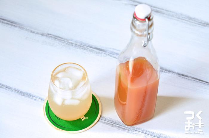 夏の新生姜で作るシロップはとっても可愛いピンク色。炭酸で割れば自家製ジンジャーエールに、あたためて飲めば美味しい風邪予防ドリンクとして活躍します。煮詰めたシロップは、裏ごしするとさらに飲みやすくなるのだそう。残った生姜のカスもほんのり甘くて香りがいいので、ぜひ生姜焼きや煮魚などのお料理に使ってみて下さい。