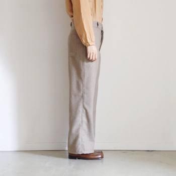 裾に向かってすとんと落ち感のあるシルエットが特徴のテーパードパンツ。全体的にゆとりがあり、チノパンからカラーパンツまでいろいろな種類のパンツで見られます。