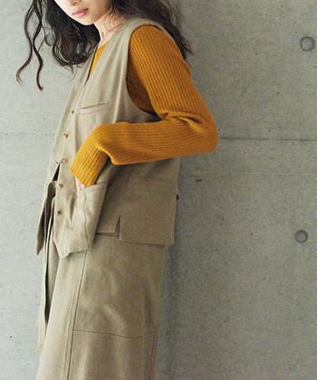 人気のマスタードカラーは、秋らしさを感じられる色合いです。ちょっぴりシックで可愛らしく着られ、日本人の肌の色にも馴染みやすいカラーです。