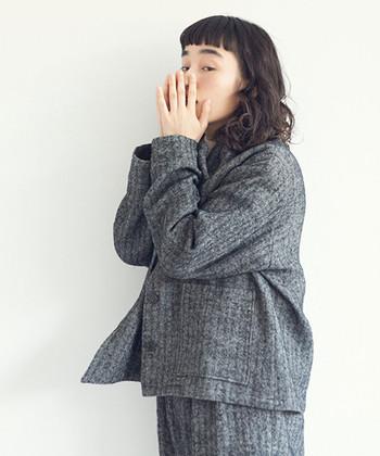 ハリのあるリネンウール素材のジャケットは、細かなヘリンボーン柄でシックな印象です。パンツとセットアップで合わせてもマニッシュにオシャレに決まります。