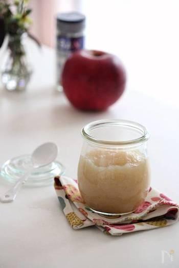 新生姜とりんごを一緒に煮てペースト状に仕上げたスパイシーなジャムは、パンに塗るのはもちろん、ホットケーキやヨーグルトに添えたりといろいろ使えます。紅茶と一緒にあたためると特製アップルジンジャーティーに。身体もぽかぽかになりますよ。