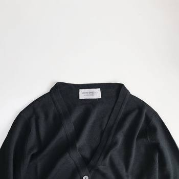 Vネックニットは、シャツやカットソーを重ねて着るのを楽しめる便利アイテムです。中に合わせるアイテムで、印象を変えることが出来ます。