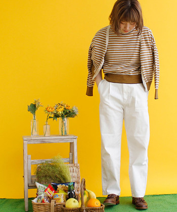 ツインニットもブリティッシュなアイテムとして人気です。白いパンツに爽やかに和せて、ブラウンのマニッシュシューズと色合いがリンクして素敵。