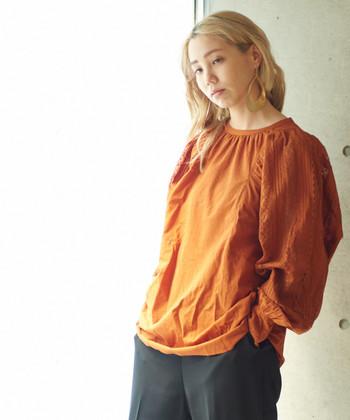 落ち葉の色のようなオレンジは、秋らしくぴったりなカラーです。シンプルな着こなしの時は、アクセサリーなどの小物使いにこだわって上品にまとめましょう。