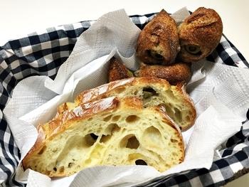 店内には豊富な種類のパンが。素材や製法にも多くのこだわりを持っています。なんと18種類の小麦粉とライ麦粉から、21種類の生地を作っているんです。