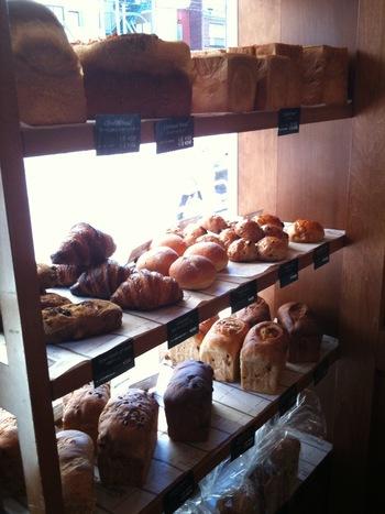 店内のパンは季節によって変わります。イギリスのパンをコンセプトに、毎日食べたいシンプルなパンが常に30種類以上並んでいます。