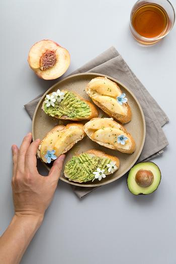 桃と水切りヨーグルトを合わせたオープンサンド。はちみつやオリーブオイルなど、幅広い味つけが楽しめます。水切りヨーグルトを合わて、ヘルシーなのもうれしいですね。