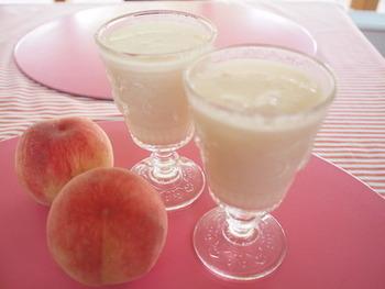 桃とヨーグルトを合わせたスムージー。キリッと冷えたスムージーは、気温の高い日に楽しみたいスイーツ。熟した桃を使えば、甘味は桃だけで楽しめますよ。
