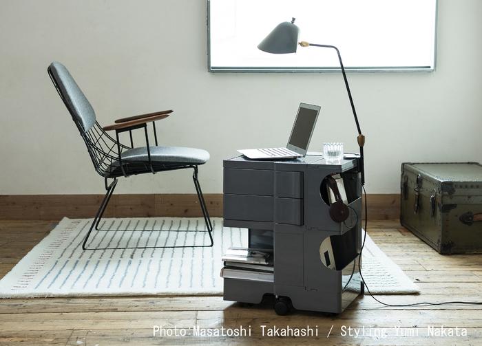 方形のスッキリとしたシルエットに、取り出しやすい開口部やスライド。考え抜かれた機能性は美しさを感じさせます。1970年にデザインされたボビーワゴンは、オフィスや家庭など場所を選ばす世界中の人々に愛されています。