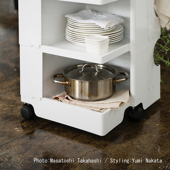 可動式トレイの下の開口部には、大きなお鍋やお皿を置いて収納。毎日使うお皿はサッと取り出せるし、来客時に使うのも便利そうです。