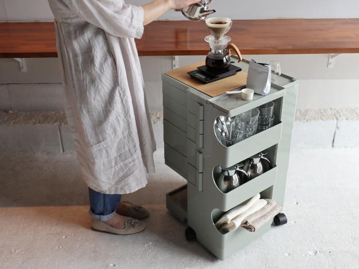 デスク脇やキッチンでも使いやすくマッチするカラー。木製品やグリーンと組み合わせて使うとグッとオシャレに見えます。