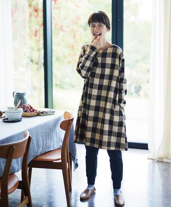 しっかりと張り感をだし、洗い加工と起毛をほどこして肌なじみの良さとやわらかさを持たせた『シャトルノーツ』ならではの生地を使用した一着。綿麻の素朴な風合いと、ベージュ×ブラックのブロックチェックが秋らしい雰囲気を醸しだしています。デザインはシンプルですが、ほんのり広がったAラインが可愛らしい◎
