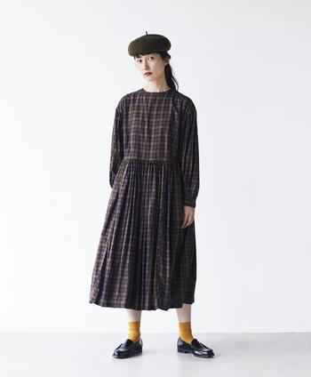 秋らしいシックな色味のチェック生地は『シャトルノーツ』のもの。なんと、一着作るのに約4mも使っているという贅沢さに驚きです!スカート部分にはたっぷりとギャザーをいれて、ふんわりさせたボリュームが高級感のある雰囲気に。