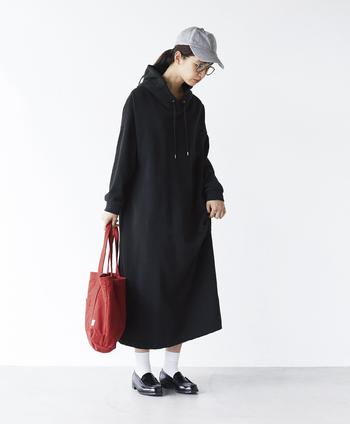 ほどよいカジュアル感を取り入れるなら、パーカータイプのスウェットワンピースはいかが?サックドレスを元に作られているので、すとんとしたシルエットがスポーティーになり過ぎず、きれい目な印象です。スニーカーや、メンズライクな革靴など、合わせる足元で色々な着こなしを楽しめそう!