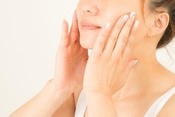 何事も土台からというように、お肌もスキンケアをしっかりと行ってからベースメイクを行うようにしましょう。  手の平で温めた化粧水、美容液、乳液をお肌になじませ、ハンドブレスしながらお肌に浸透させます。お肌が手に吸い付くほど潤ったのが確認できたら、下地をなじませます。下地は、付けすぎると化粧崩れのもとになるので、適量を丁寧に塗っていきましょう。