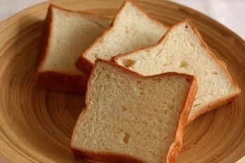 食パンは7種類。こちらの新潟産米粉100%で作った米粉の食パンは、店頭では買うことのできないほど人気の幻のパン。弾力のあるもっちりとした食感が美味しいんです。