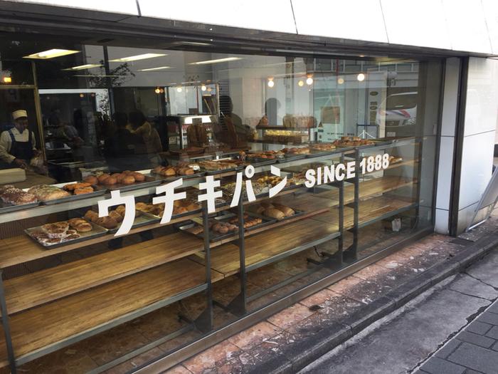明治時代、はじめて横浜にパン屋を作ったと言われるイギリス人のロバート・クラークさん。その元で修行をしていた打木彦太郎さんが、1888年に創業したのが「ウチキパン」です。