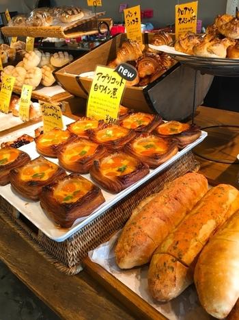 店内には、明太フランスやシナモンロールなど、豊富な種類のカジュアルな惣菜パンや菓子パンがところ狭しと並んでいます。