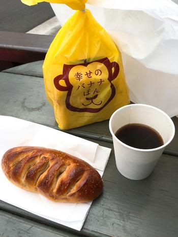 お店のパンは購入後、テラス席で食べることができます。なんとコーヒーの無料サービスも!気軽に訪れたい、地元の人に愛されるパン屋さんなんです。