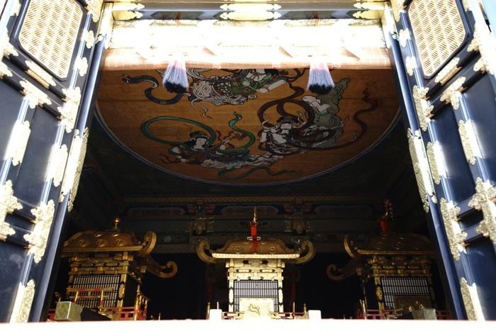 重要文化財の「神輿舎(しんよしゃ)」には、三基の御神輿が納められています。この御神輿は、徳川家康と、豊臣秀吉、源頼朝を祀ったお神輿です。とても煌びやかなこのお神輿は、5月、10月に行われるお祭りで使われます。