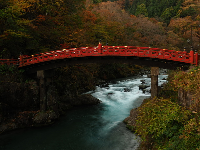 大谷川に架かり、日光の社寺の玄関口とも言われている「神橋(しんきょう)」も、二荒山神社の御神域にある建造物です。長さ28mの木造、峡谷に用いられる「はね橋」形式としては日本唯一の古橋で、日本三大奇橋のひとつに数えられています。朱色の橋は周辺の景色との共演も美しいと評判です。季節ごとに違う風景が楽しめるので、何度でも訪れたいスポットです。神橋はJR日光駅・東武日光駅より徒歩20分の距離になります。