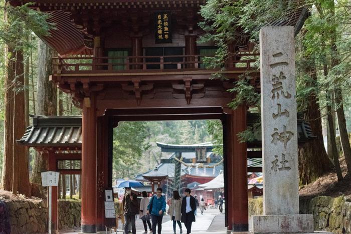日光山信仰の始まりとなった「二荒山神社」も世界遺産のひとつです。二荒山神社は、本社(山内・市内)、中宮祠(中禅寺湖湖畔)、奥宮(男体山山頂)の3つからなり、御神域は広大な敷地を誇ります。世界遺産に登録されているのは本社の地域で、JR日光駅・東武日光駅より東武バス「西参道」で下車、徒歩約7分のところにあります。