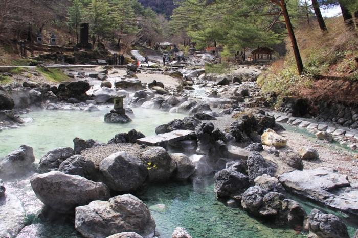 温泉が湧きだし、ゆるやかに流れる様はとても幻想的。「瑞祥の池」や「琥珀の池」といったその名も美しい温泉の池もあり、魅了されてしまいますね。草津温泉を世界に知らしめたドイツ人医師ベルツ博士の胸像もありますよ!