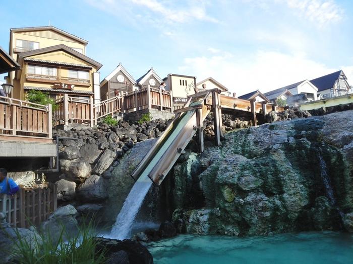 自然湧出量はなんと毎分32,300リットル以上、1日にドラム缶約23万本分もの温泉が湧きだす草津。東京からは約2時間半というちょうどいい距離感で、旅情あふれる雰囲気もたのしむことができます。