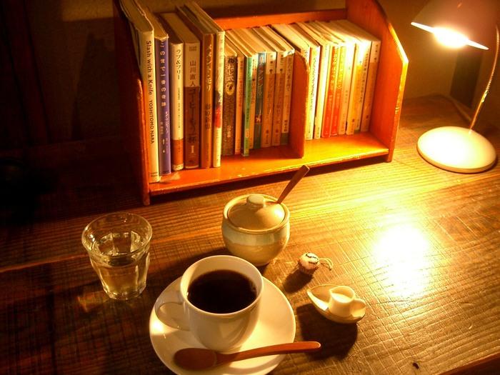 それぞれが、思い思いのひとときを過ごせるお店で、接客もとても丁寧で好感が持てます。レトロで、どこか懐かしさを感じる空間の中で、心がほっこりと温まります。実はコーヒーや紅茶だけではなく地ビールもいただけるところが、大人にも人気の秘密かもしれません。