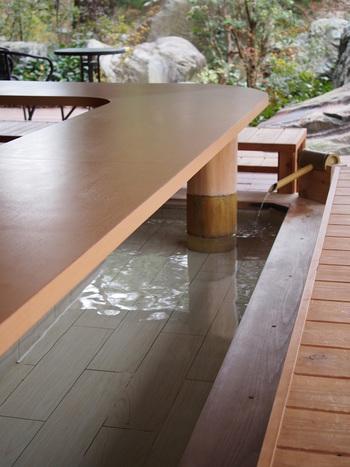 鬼怒川サンシャインホテルの中にある足湯カフェですが、宿泊者ではなくても利用することができます。散策で疲れた足を休めるのに足湯はお手軽で助かりますよね。飲み物代に足湯とレンタルタオルが含まれているので、とてもオトクなんですよ。