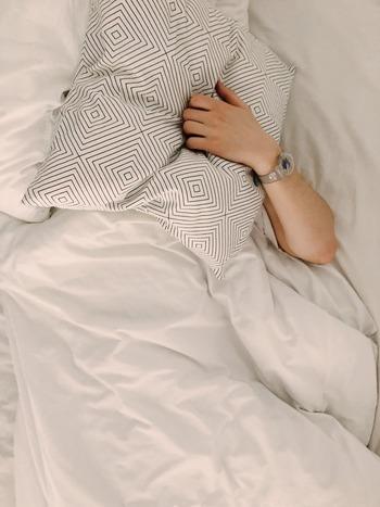 最近よく眠れていますか?朝起きる時間がバラバラだったり、夕食が遅かったりと、不規則な生活は睡眠の質を低下させてしまう原因に。今回は、一日の生活リズムを整えてぐっすりと眠れるためのコツをお伝えいたします。