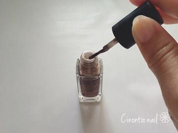 カラーを塗るときはボトルのふちで余分なポリッシュを落としてから塗りましょう!塗りかけネイルは、あえて「かすれ感」や「色のない部分」がある方がオシャレに見えますよ。
