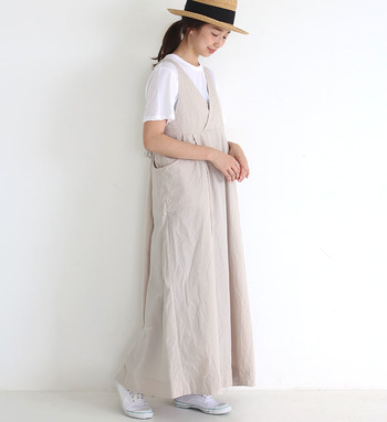 エプロンワンピースは、生成り色が涼し気。帽子を合わせれば夏気分も高まります!インナーと足元は白で揃えて。