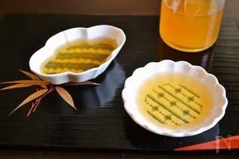 梅干し、酒、鰹節で作る煎り酒レシピ。お醤油ができる前から日本で使われていた歴史ある調味料。一度使い始めるとこの深い優しさの味わいの虜になること間違いなしです。白身のお刺身との相性も抜群です。