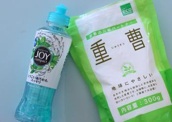 しつこい汚れを落とすのに効果を発揮するのが、アルカリ性の台所用洗剤と重曹を1:1で混ぜたペーストです。