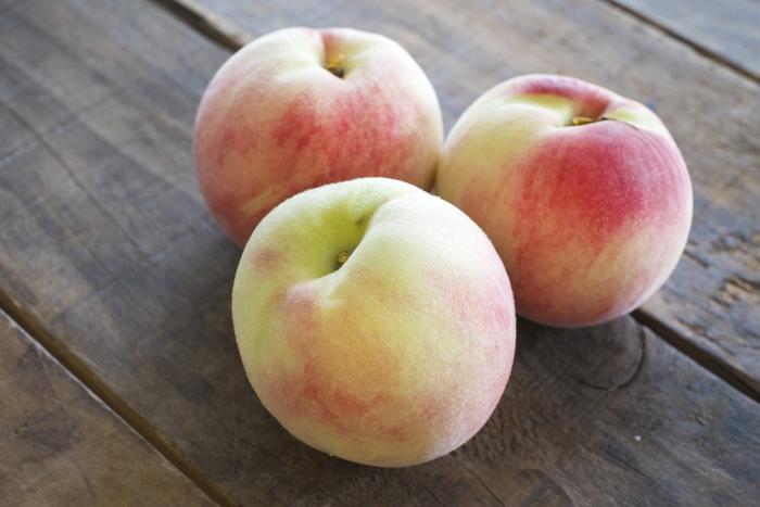 桃の食べごろか分かるのは、おしりの部分と香りです。軸側のおしり部分に青さがなく、白っぽくなっているようなら熟しているサインです。香りは甘い香りが広がりますので、熟しているのが分かりやすいでしょう。また、大きさが左右均等のものや、表面の産毛が寝ているものを選ぶといいですよ。