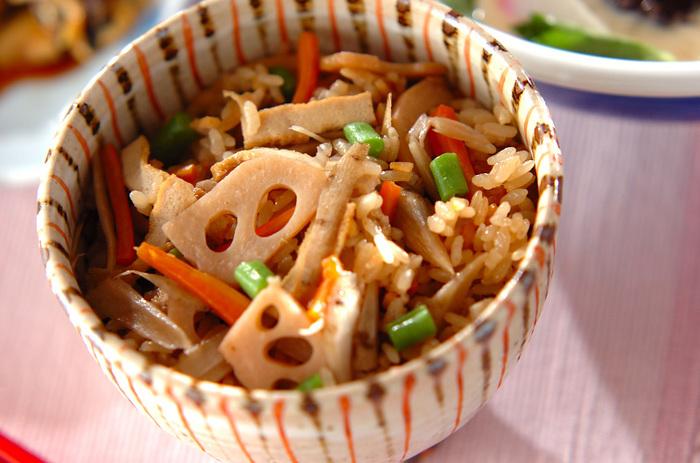ごぼうをはじめ、にんじんやレンコンなどたっぷりの根菜に、鮮やかな緑色が映えるインゲンをプラスした炊き込みご飯のレシピ。汁物を一品添えるだけでも、満足ごはんが完成します♪