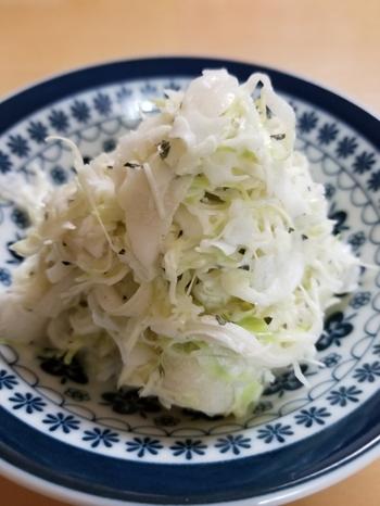 ホントに簡単‼材料2つで作るコールスローサラダ。キャベツ×玉ねぎ、シャキシャキ食材同士の絶妙なマッチングをお楽しみ下さい。