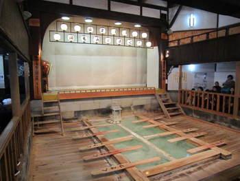 熱乃湯では、草津節の湯もみショーを毎日、見ることができます。また、実際に自分でも湯もみをやってみることができる体験コーナーもあるので、賑わいの中で大勢の人と一緒に湯もみをする楽しさを体感することもできますよ♪