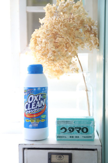 酸素系漂白剤は、せっけんなどで落ちなかった汚れを浸け置きしたり、水を加えてペースト状に練った物をカビ取りに使うのに向いています。商品によっては界面活性作用がプラスされているので、浸け置きだけでもキレイになる物もありますが、しつこい泥汚れなどの場合は、せっけんで予洗いした後浸け置きすると失敗がありません。