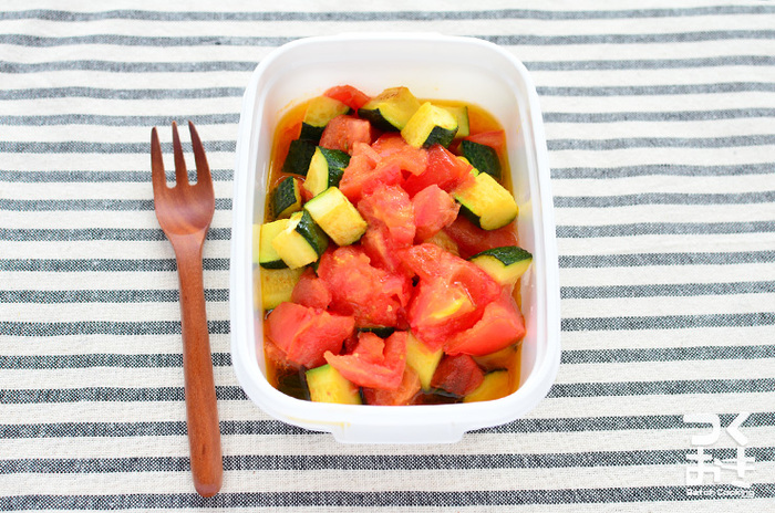 β-カロテンのほか、ビタミンやミネラルも豊富な夏野菜、ズッキーニを使って塩と醤油でシンプルに味付けした炒め物。油と一緒に調理すると体内への吸収量がアップするβ-カロテンの特性をうまく活用したお利口レシピです。