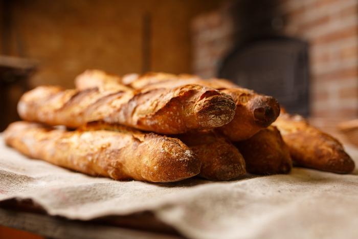 「バゲット」はフランスパンの中でも定番で、フランス語でバゲットは「棒」という意味があるため、その長さが特徴的です。