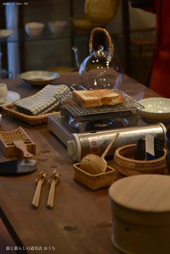 テーブルの真ん中には「辻和金網」の焼き網が。じっくりとパンを焼いたり、野菜を焼いたり、美味しさが全然違うそうですよ。手前に置かれた茶こしとざるのセットも可愛いですね。