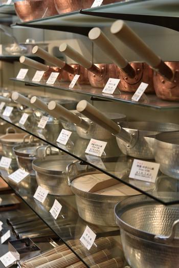 「有次」では、包丁以外にも鍋や型抜き、おろし金などの料理道具も扱っています。料亭などのプロの料理人達が買いにくるほど。伝統的な手仕事から生み出された製品は高価ですが、美しく機能的。