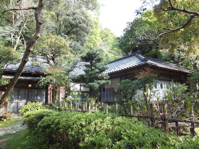 箱根湯本最古のお湯はなんと美術館の中にあるんです。箱根湯本駅から徒歩10分ほどの距離にある平賀敬美術館は、世界的評価も高い現代画家の平賀敬さんのご自宅で、もとは井上馨や犬養毅が別荘として使っていたと言われており、国の登録有形文化財に指定されています。