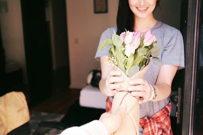 1年の記念日は、いろんなことを乗り越えてきた2人にとって大切な日。いつものように一緒にいることが幸せでも、そこに花束のプレゼントがあるだけで、彼女はきっと笑顔になりますね。