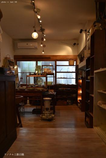 店内はノスタルジックな雰囲気。作家さんのクラフトの器や職人さんによるカゴやザル、箒など日常の生活道具を中心に和洋の古小物も販売しています。 作家さんの手仕事の器ということで入荷数も限られており、ここに足を運んでこそ買える特別な品ばかり。