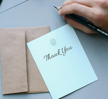 花束だけではなく、その中からさりげなく「これからもよろしくね」といったメッセージカードを付けてみてください。短い言葉でも、贈られた相手には思い出としてとても心に残る言葉になります。