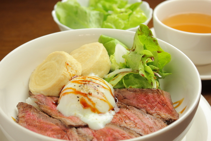 人気メニューは、数量限定のNIKKO丼!栃木県産黒毛和牛の自家製ローストビーフと、日光の名物の湯波(ゆば)を一緒にいただくこともできるのがうれしいですね。A5ランクの黒毛和牛を使用したハンバーグもおすすめです。また、ケーキやアイスクリームなどのデザートもあるので、ランチと共にいただいてみてくださいね。