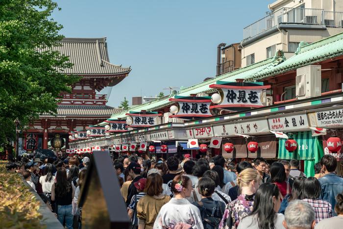 雷門から浅草寺に続く「仲見世通り」は、日本最古の商店街のひとつと言われています。約250mの通りを歩けば、通りの先に大きな提灯。浅草寺の入り口です。